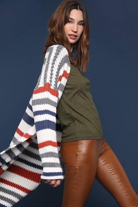 pantalon simil cuero marron y remra verde invierno 2020 Nucleo Moda
