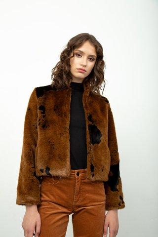 saco piel sintetica y pantalon corderoy invierno 2020 Calandra