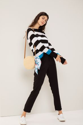 sweater a rayas con pantalon jogger negro Yagmour otoño invierno 2020