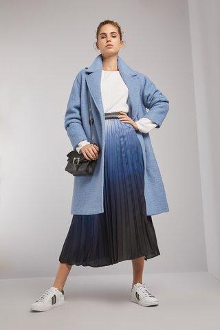 Look urbano con falda plisada Carmela Achaval invierno 2020