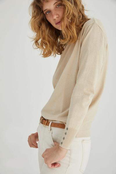 jeans blanco y sweater Estancias Chiripa invierno 2020