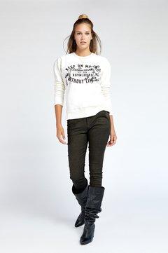 jeans con botas arrugadas vesna invierno 2020