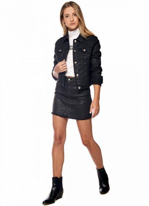 look con campera y minifalda engomada otoño invierno 2020 by Melocoton