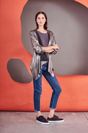 look con jeans y kimono metalizado Benito Fernandez invierno 2020