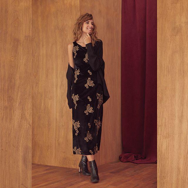 look urbano con vestido y cardigan de lana invierno 2020 Ted Bodin