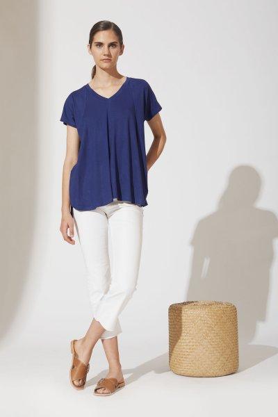 Jeans blanco con remera azul verano 2021 estancias chiripa