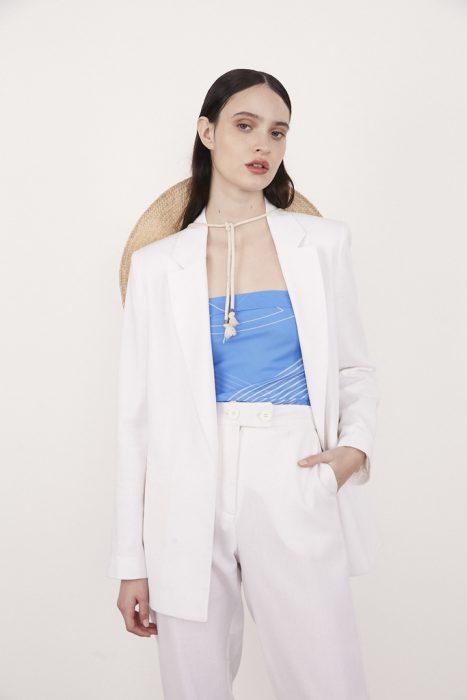 Traje blanco para mujer con blusa turquesa verano 2021 Calandra