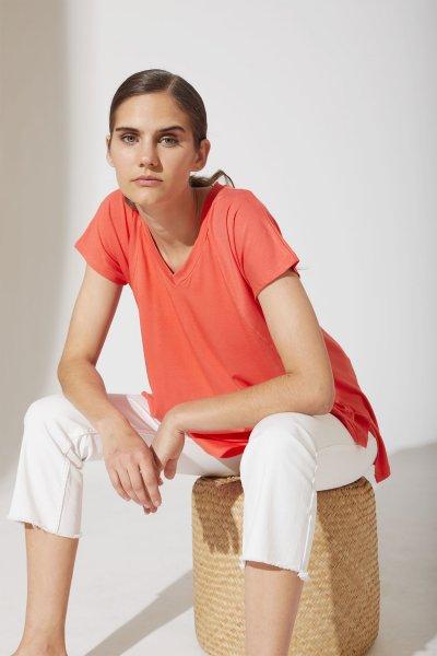 jeans blanco con remera coral verano 2021 estancias chiripa