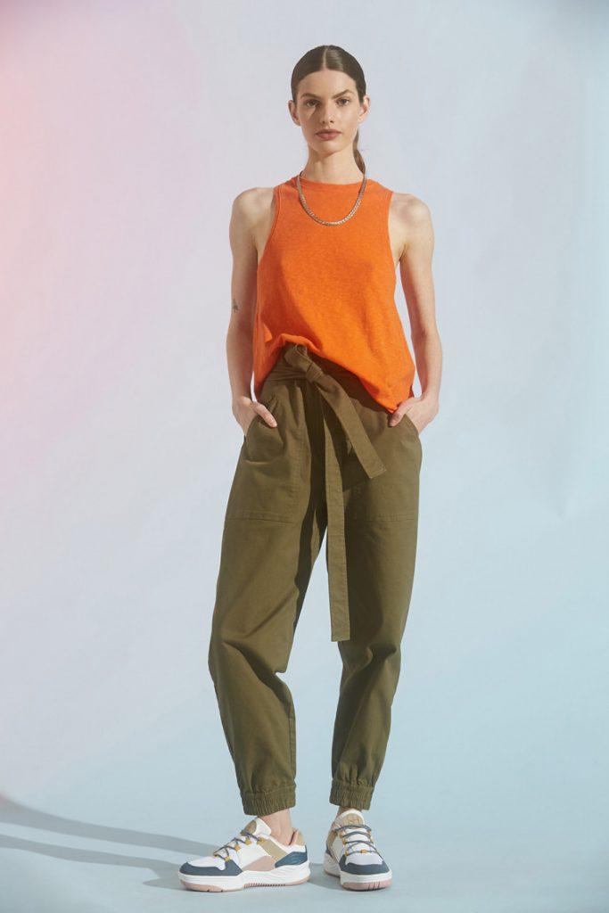 musculosa naranja con babucha gabardina Maria cher verano 2021