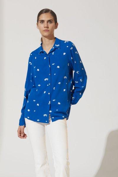 pantalon blanco con camisa estampada turquesa verano 2021 estancias chiripa