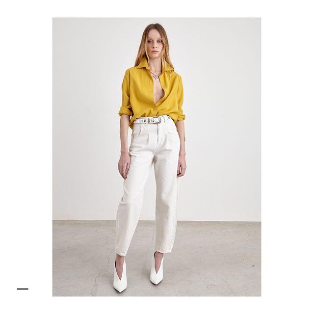 pantalon blanco con camisa mostaza verano 2021