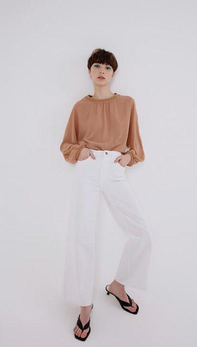 pantalon blanco y blusa nude verano 2021