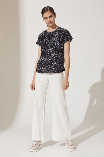 pantalon palazzo blanco con remera negra estampada verano 2021 estancias chiripa