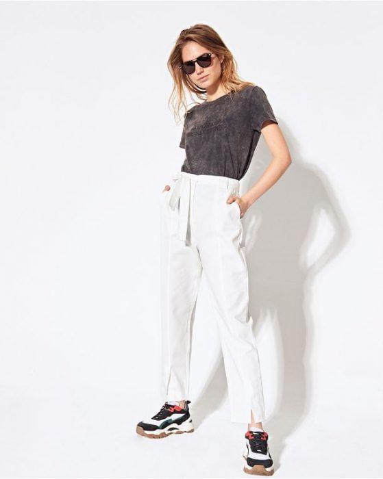 Look informal con pantalon blanco System verano 2021