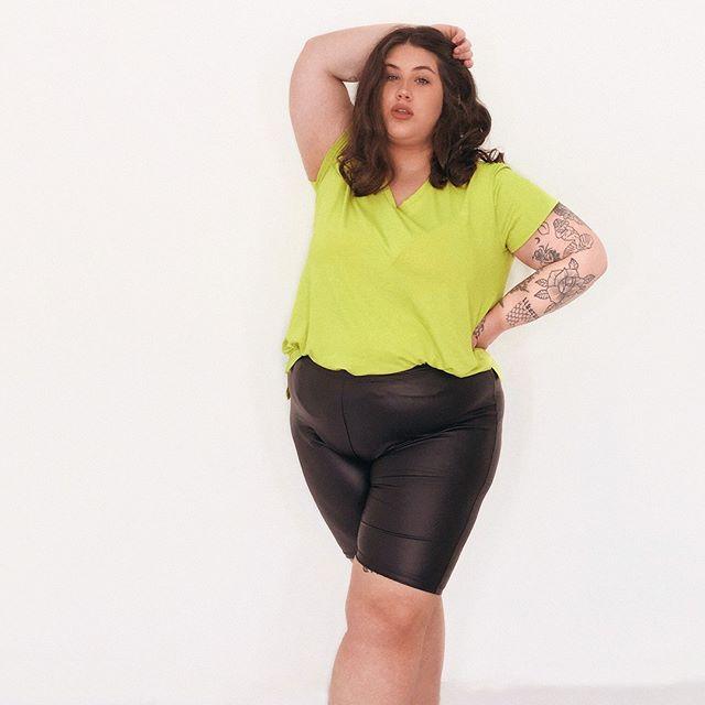 calza engomada y remera basica Look talles grandes verano 2021 Syes