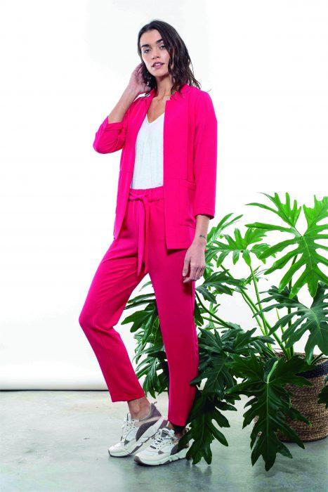 look casual con traje fucsia mujer