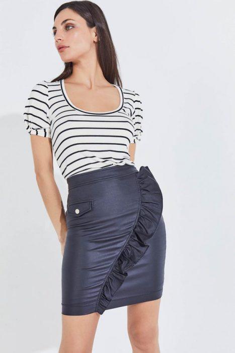 minifalda engomada con remera a rayas markova verano 2021