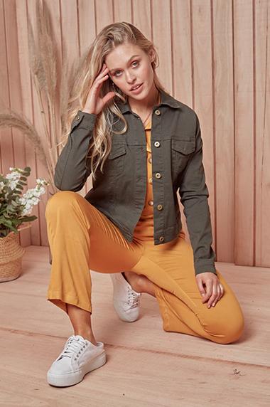 mono naranja con campera jeans verde militar primavera verano 2021 Peuque jeans
