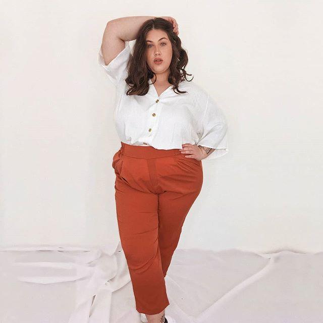 pantalon color caramelo y camisa blanca Look talles grandes verano 2021 Syes