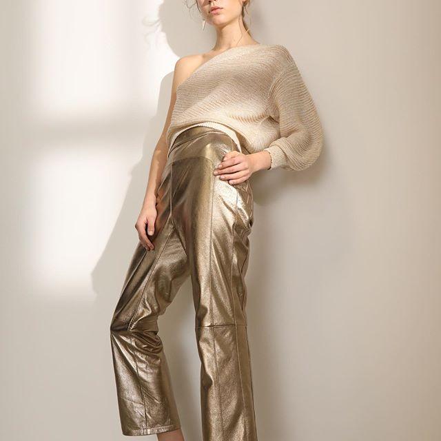 pantalones metalizados y engomados UMA primavera verano 2021