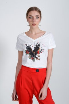 remera blanca estampa y pantalon rojo Zhoue verano 2021