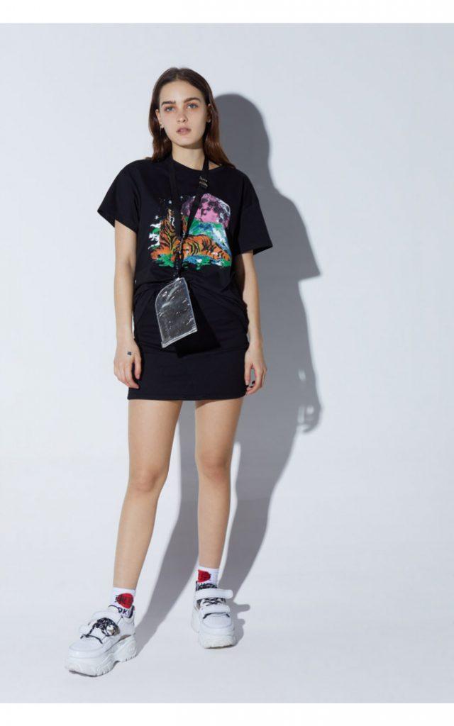 minifalda y zapatillas Complot verano 2021
