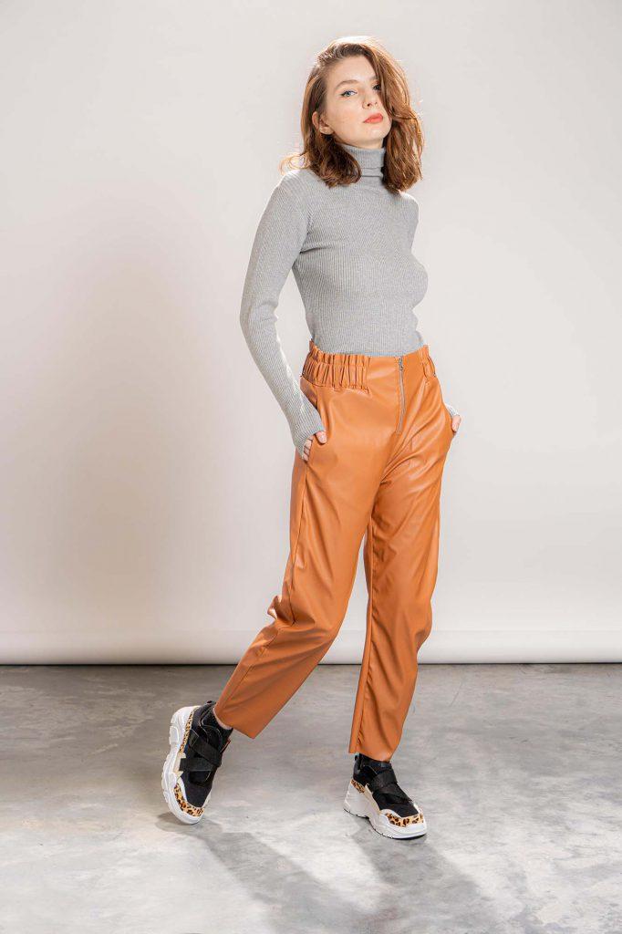 look casual con pantalon de cuero invierno 2021 La Cofradia
