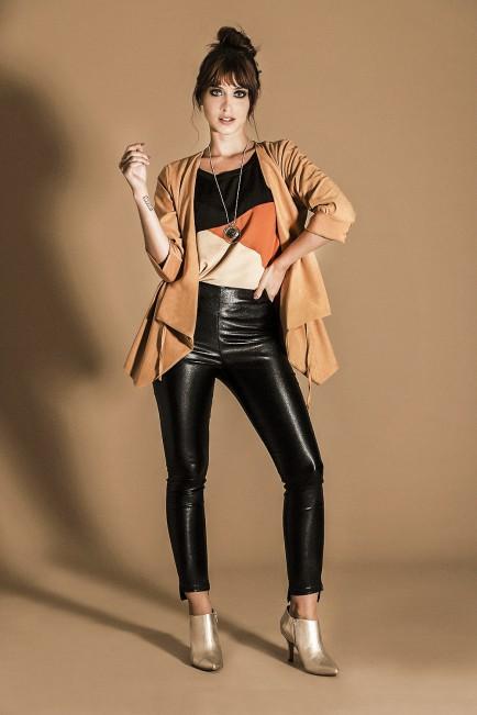 look urbano con pantalon engomado Brandel invierno 2021