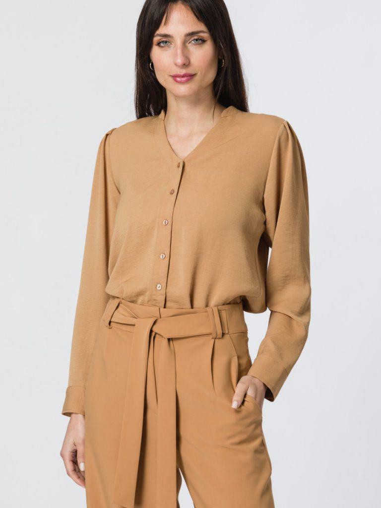 pantalon plisado con camisa sin cuello brasco invierno 2021