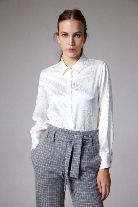 pantalon de vestir a cuadros con camisa blanca etam invierno 2021