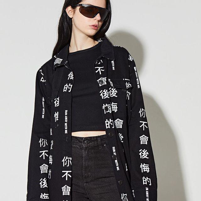 camisa holgada top y jean negro verano 2022 Complot