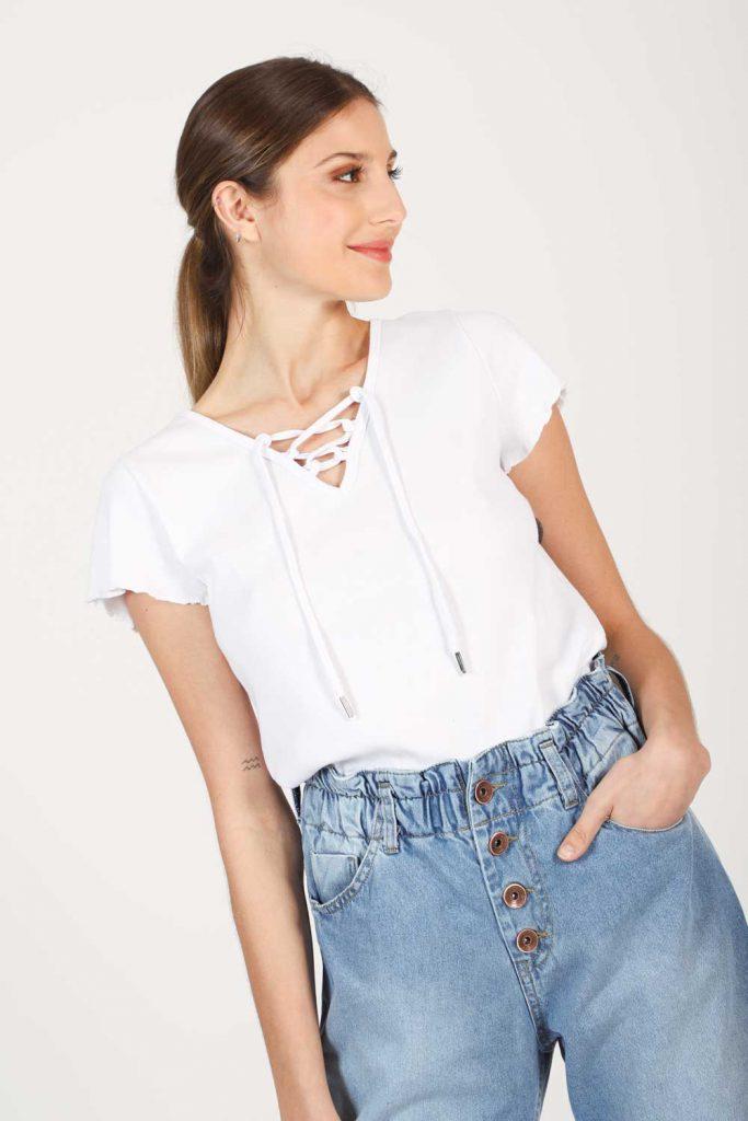 remera blanca y jeans fruncidos verano 2022 Gabucci