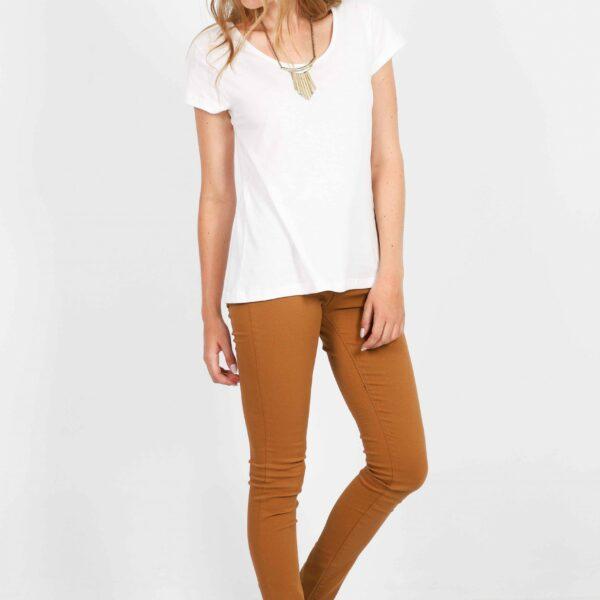 remera blanca y pantalon mostaza verano 2022 Gabucci